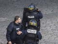 巴黎警方与恐怖分子发生激烈枪战