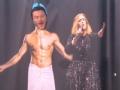 《艾伦秀第14季片花》卢克沐浴半裸秀肌肉 与阿黛尔共唱歌秀唱功