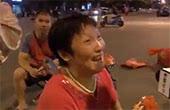 广场舞大妈占领马路 大妈:车不敢撞我们