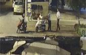 道路突然坍塌 男子玩手机连人带车摔入坑中