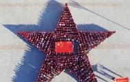 学生汇成五星红旗歌颂祖国