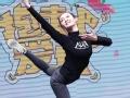 《抱走吧!爱豆片花》《芳华》女主苗苗嘻哈跳舞 黄轩你想尬舞吗?