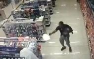 警官抱娃购物遇劫匪一手击毙