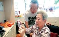 父母玩手机可能比你更潮