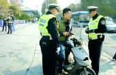 男子骑摩托遇查拖行交警