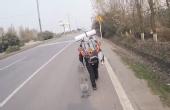 最酷方式 乘滑板去新疆