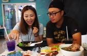 宁曼路品尝蓝色的面食