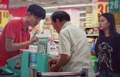 老人超市排队因耳背遭嫌弃