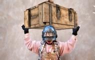 平底鍋妹子用偷的盒子吃雞