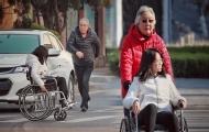 乘坐輪椅的女孩獨自過馬路