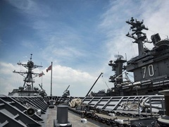 美军航母与两栖舰西太演练登陆夺岛