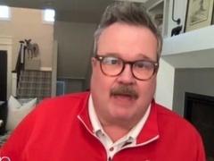 艾伦录制奇葩广告惹爆笑 艾瑞克与女友恶作剧留胡子